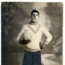 Postales: PORTERO DE FÚTBOL CON INDUMENTARIA COMPLETA AÑOS 20. FOTOGRAF CATALÁ PIC VALLS MONTBLANCH, TARRAGONA. Lote 43408518