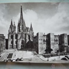 Postales: 1950 - FOTO POSTAL *BARCELONA. CATEDRAL Y MURALLAS ROMANAS* TALLERES ZERKOWITZ FOTÓGRAFO / COCHES. . Lote 50668216