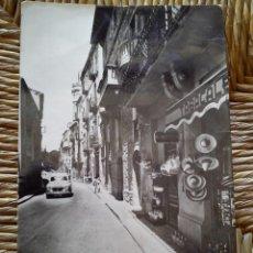 Postales: ANTIGUA POSTAL LA JUNQUERA (GIRONA) CALLE JOSE ANTONIO. EDICIONES BOSH. AÑOS 50. CIRCULADA.. Lote 57344571