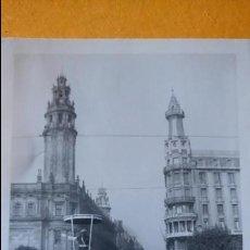 Postales: ANTIGUA FOTOGRAFÍA. BARCELONA. GUARDIA DESDE SU PUESTO DIRIGIENDO EL TRAFICO. FOTO AÑOS 50 /60.. Lote 70014041