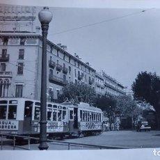 Postales: ANTIGUA FOTOGRAFÍA DE BARCELONA. TRANVIA CON PUBLICIDAD AGUA CABRERA. FOTO AÑOS 50 /60.. Lote 70014313
