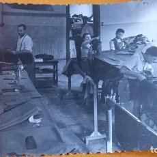 Postales: ANTIGUA FOTOGRAFÍA. ADULTOS Y NIÑOS TRABAJANDO EN TALLER DE COSTURA. TEXTIL. CATALUÑA. AÑOS 40/50.. Lote 70017497