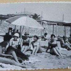 Postales: ANTIGUA FOTOGRAFÍA. CAMPING DE SITGES. BARCELONA. FOTO AÑOS 60. . Lote 76599255