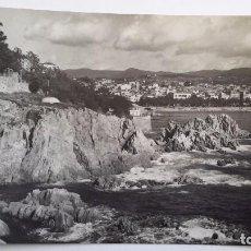 Postales: SANT FELIU DE GUÍXOLS. COSTA BRAVA. VISTA PARCIAL. ED. COMERCIAL PRAT. CIRCULADA AÑO 1955. Lote 82270304