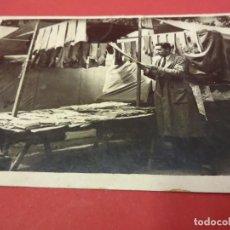 Postales: BARCELONA. MERCADO DE SANT ANTONI. POSTAL FOTOGRÁFICA. PUESTO DE VENTA DE MEDIAS. CIRCA 1930. Lote 84823580
