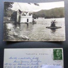 Postales: BAÑOLAS , EL LAGO Y LOS CISNES. POSTAL CIRCULADA DE LOS AÑOS 60. Lote 95958491
