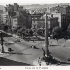 Postales: BARCELONA. PLAZA DE LA VICTORIA. VEHICULOS DE LOS AÑOS 40 .SIN ESCRIBIR.. Lote 109060911