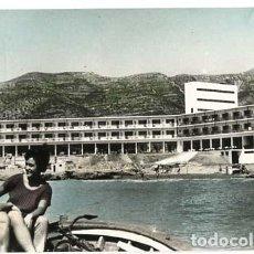 Postales: TARRAGONA ALCANAR COSTA DORADA HOTEL CARLOS III, PLAYA. FOTO DAUFI, ED. DASSOY. ESCRITA. Lote 115763775