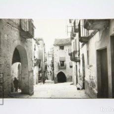 Postales: POSTAL FOTOGRAFÍCA - BATEA, CALLE MAYOR / TARRAGONA - EDIT. RAYMOND - AÑOS 50. Lote 118890327