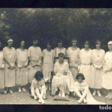 Postales: POSTAL DE VIC: GRUP DE NOIES VESTIDES DE CASAMENT. FOTOGRAFICA ANTIGA (FOTO PALMAROLA DE VIC, 1924). Lote 131845138