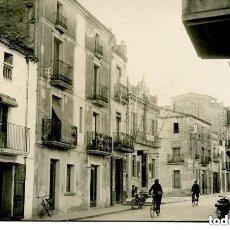Postales: TARRAGONA-SANTA BARBARA-FOTOGRÁFICA-CALLE DEL PUEBLO- EDIFICIO DE FALANGE ESPAÑOLA-1958. Lote 132627778