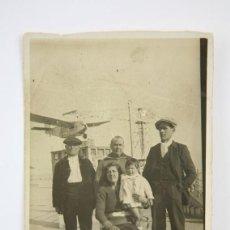 Postales: POSTAL FOTOGRÁFICA - FAMILIA EN TIBIDABO / AVIÓN - PARQUE DE ATRACCIONES - SIN CIRCULAR . Lote 136040470