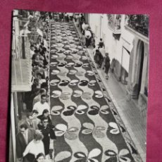 Postales: TARJETA POSTAL. SITGES. 15. CORPUS. ALFOMBRAS DE FLORES. FOTO R.GASSO. Lote 143839558