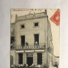 Postales: PALAFRUGELL (GERONA) POSTAL ANIMADA, CAFÉ ORIENTE. EDITA: J. JOANOLA (A.1907). Lote 146964182