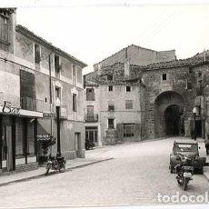 Postales: TARRAGONA SANTA COLOMA DE QUERALT CALLE CALVO SOTELO Y PORTAL MAOR DE LA VILLA CONDAL. FOTO RAYMOND. Lote 147080762