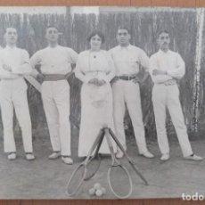 Postales: POSTAL FOTOGRAFICA CANTANTE DE OPERA LAURA CERVERA CON UN GRUPO DE TENISTAS AÑOS 10. Lote 157238466