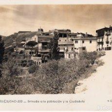 Postales: POSTAL FOTOGRAFICA CASTELLCIUTAT. - ENTRADA A LA POBLACIÓN Y LA CIUDADELA -CIRCULADA . Lote 159829358