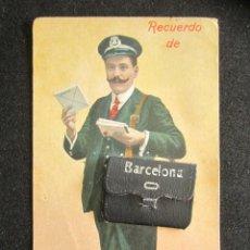 Postales: ANTIGUA POSTAL RECUERDO DE BARCELONA. CARTERO CON MALETÍN DESPLEGABLE CON FOTOGRAFÍAS. AÑO 1915. . Lote 165616026