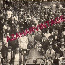 Postales: SANT HILARI SACALM, CIRCA 1910. RETRATO DE GRUPO EN LA PLAZA DEL PUEBLO.. Lote 167315792