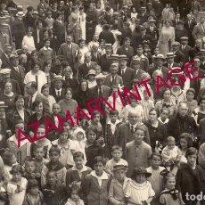 Postales: SANT HILARI SACALM, CIRCA 1910. RETRATO DE GRUPO EN LA PLAZA DEL PUEBLO.. Lote 167316248