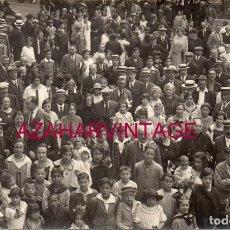 Postales: SANT HILARI SACALM, CIRCA 1910. RETRATO DE GRUPO EN LA PLAZA DEL PUEBLO.. Lote 167316764