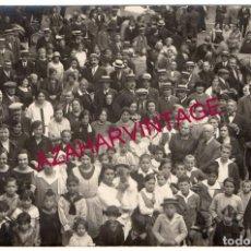 Postales: SANT HILARI SACALM, CIRCA 1910. RETRATO DE GRUPO EN LA PLAZA DEL PUEBLO.. Lote 167317280