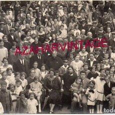 Postales: SANT HILARI SACALM, CIRCA 1910. RETRATO DE GRUPO EN LA PLAZA DEL PUEBLO.. Lote 167317780