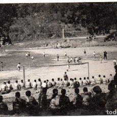 Postales: PS8199 BAÑOLAS - PARTIDO DE FÚTBOL. FOTOGRÁFICA. CIRCULADA. AÑOS 50. Lote 170707865