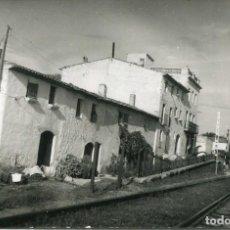 Postales: RODA DE BARA- PUEBLO PASO A NIVEL DEL FERROCARRIL-FOTOGRÁFICA -MUY RARA. Lote 171311908