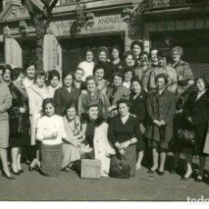 Postales: BARCELONA -OFICINAS DOCTOR ANDREU- MADRONITA ANDREU CON LAS TRABAJADORAS-AÑOS 60-FOTOGRÁFICA. Lote 171892419