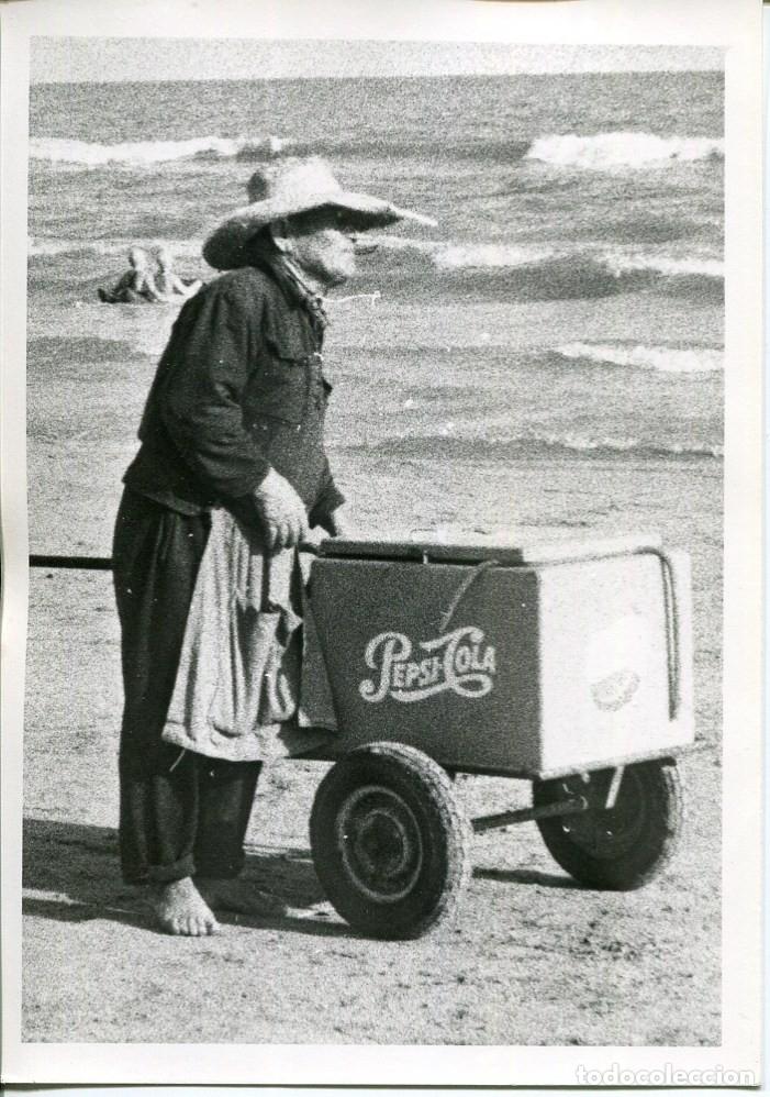 CALAFELL-PLAYA VENDEDOR AMBULANTE DE PEPSI-COLA Y REFRESCOS-AÑO 1964-FOTOGRÁFICA MUY RARA (Postales - España - Cataluña Moderna (desde 1940))