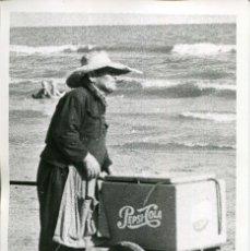 Postales: CALAFELL-PLAYA VENDEDOR AMBULANTE DE PEPSI-COLA Y REFRESCOS-AÑO 1964-FOTOGRÁFICA MUY RARA. Lote 175179320