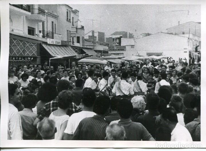CALAFELL-BAILES TÍPICOS-PLAZA-AÑO 1964-FOTOGRÁFICA MUY RARA (Postales - España - Cataluña Moderna (desde 1940))