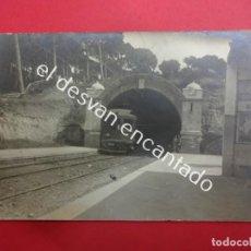 Postales: POSTAL FOTOGRÁFICA APEADERO DE VALLVIDRERA (BARCELONA) CON TREN ENTRANDO. AÑOS 1930S. Lote 183762662