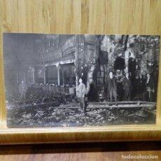 Postales: FOTO-POSTAL DE TEATRO QUEMADO EN BARCELONA.FOTO MATEO.DERECHO DE PUBLICACIÓN 5 PESETAS.. Lote 194252622