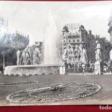 Postales: POSTAL PLAZA CATALUNYA BARCELONA. RELOJ FLORAL.ZERKOWITZ FOTOGRAFO, AÑOS 60. USADA. Lote 194520257
