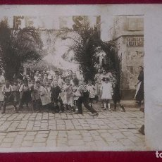 Postales: AB.- 919.- POSTAL FOTOGRAFICA DE -FESTES , EN EL BARRIO DE GRACIA , C/ BENEDICTINE , DE BARCELONA . Lote 195548022