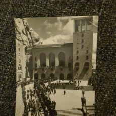 Postales: POSTAL DE BARCELONA MONTSERRAT AÑOS 30 50 PROCESIÓN EN LA PLAZA DEL MONASTERIO N° 14. Lote 197989996