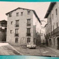 Postales: POSTAL DE BORREDÀ, PLAÇA MAJOR, DETALL, FOTO DESEURAS COCHE APARCADO SEAT 124. Lote 198087101