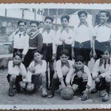 Postales: FOTO POSTAL EQUIPO DE FUTBOL EN SANT CUGAT DEL VALLES 1943. Lote 209354017