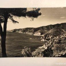 Postales: SAN FELIU DE GUIXOLS, COSTA BRAVA (GERONA) POSTAL NO.19, CAÑET Y AL FONDO TOSSA, FOTO M C (H.1950?). Lote 211439497