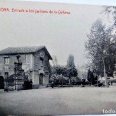 Postales: TARJETA POSTAL ANTIGUA DE GERONA -ENTRADA A LOS JARDINES DE LA DEHESA - SIN CIRCULAR. Lote 247356175