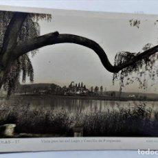 Postales: POSTAL FOTOGRAFICA ANTIGUA DE BAÑOLAS - VISTA PARCIAL LAGO Y CASTILLO PORQUERAS - SIN CIRCULAR. Lote 247607585