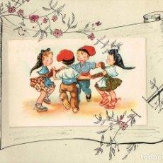 Postales: 1947 POSTAL CON NIÑOS BAILANDO SARDANAS CONVERTIDA EN FELICITACIÓN DE FABRICACIÓN MANUAL MUY NAIF. Lote 268450669