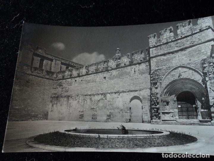 MONASTERIO DE SANTAS CREUS - Nº 21 - PUERTA REAL Y PLAZA MONASTERIO, FOT. RAYMOND (Postales - España - Cataluña Moderna (desde 1940))