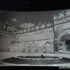 Postales: MONASTERIO DE SANTAS CREUS - Nº 21 - PUERTA REAL Y PLAZA MONASTERIO, FOT. RAYMOND. Lote 288662168