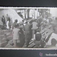 Postales: FOTO POSTAL CEUTA. EMBARCANDO CABALLOS EN EL PUERTO DE CEUTA TRAS EL RAID MELILLA-LARACHE. Lote 81410860