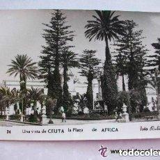 Postales: POSTAL BLANCO Y NEGRO DE CEUTA : PLAZA DE AFRICA. AÑOS 50 . FOTO DE RUBIO.. Lote 97096455