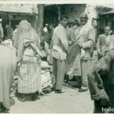 Postales: TETUAN. UN ASPECTO DEL MERCADO VENDEDORES MOROS Y MORAS. AÑO 1955. . Lote 108053887