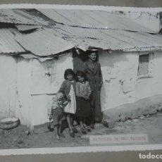 Postales: ANTIGUA FOTOGRAFIA DE CEUTA 1938, EXTERIOR DE UNA BARRACA, MIDE 23 X 18 CMS. FOTO ROS, PEGADA A CART. Lote 150816158